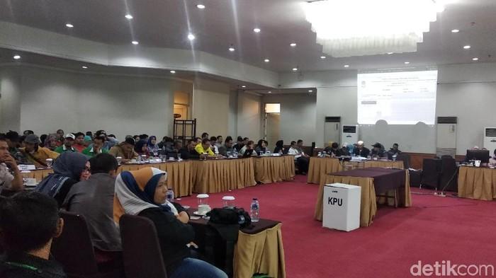 Rapat pleno hasil pemungutan suara di Kota Bandung (Foto: Dony Indra Ramadhan)