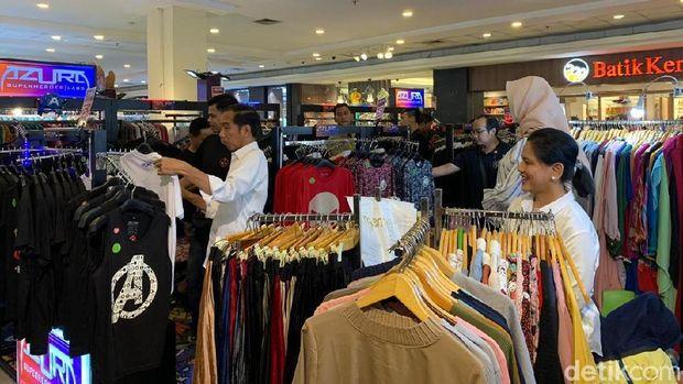 Jokowi dan Iriana melihat-lihat pakaian.
