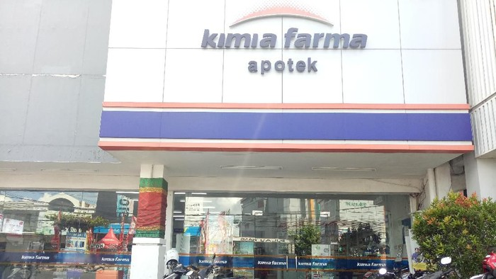 Seorang pria berperawakan tinggi besar dan membawa senjata api melakukan upaya perampokan di Apotek Kimia Farma, Bali.