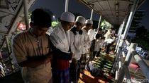 Jemaah Membludak, Warga Salat Tarawih di JPO Pasar Gembrong