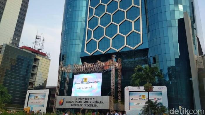 Sore ini, Minggu (5/5/2019), Kementerian BUMN memperingati hari ulang tahunnya yang ke-21. Dalam peringatan hari ulang tahunnya ini, kementerian melakukan peresmian gedung baru.