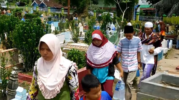 Warga mulai berdatangan ke TPU Kebun Jahe.