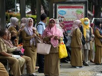 PNS Bakal Bisa Kerja dari Rumah, Jokowi Teken Aturan Mobil Listrik