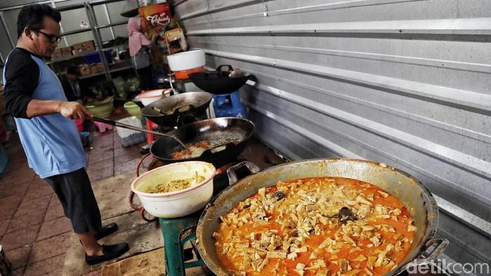 Langsung makan berat saat berbuka bisa berakibat perut terasa mual (Foto: Pradita Utama)