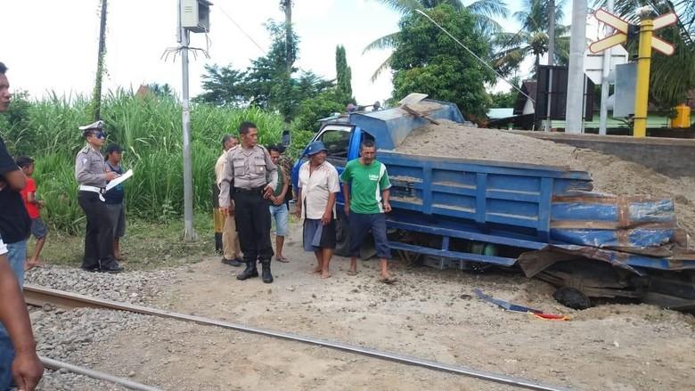 Truk Tersambar KA Malioboro Ekspres di Tulungagung, Pengemudi Selamat