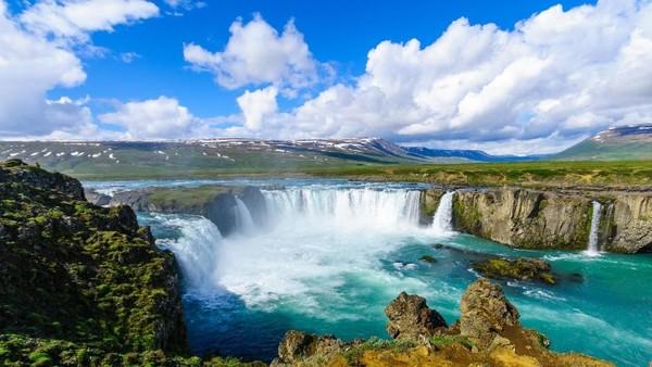 Air terjun cantik ini berada di Ring Road di Distrik Bardardalur, Islandia. Godafoss sendiri memiliki ketinggian 12 meter dan lebar 30 meter. Aliran yang diciptakan tidak cuma satu, tapi banyak. (iStock)