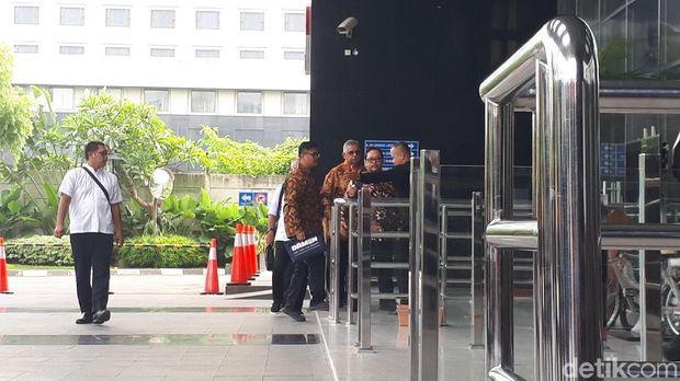 Dirut PLN nonaktif Sofyan Basir didampingi sejumlah orang di gedung KPK, Jakarta, Senin (6/5/2019)