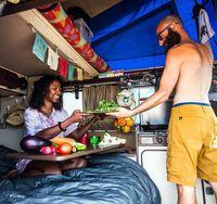 Kisah Pasangan Traveler yang Anti Sampah Plastik & Hidup di Mobil Van