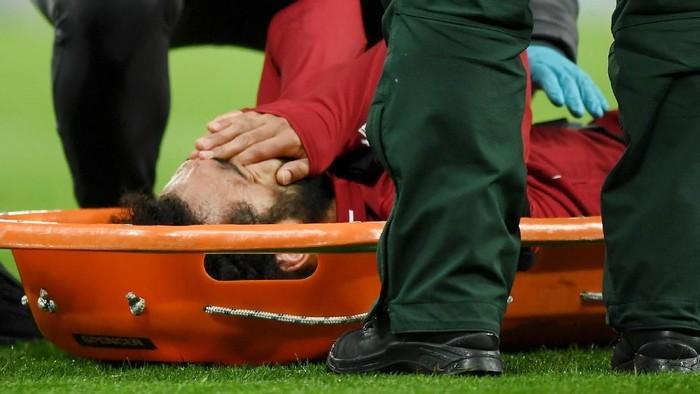 Mohamed Salah menerima penanganan medis saat bertanding melawan Newcastle United. (Foto: Shaun Botterill/Getty Images)