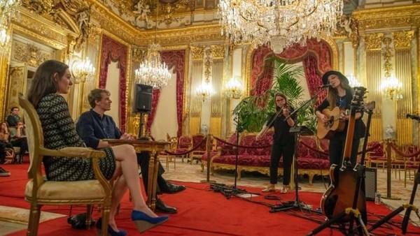 Pasangan yang dimabuk asmara ini pun dihibur konser privat oleh Jeanne Ziegler, musisi folk Prancis di Napoleon III apartements. Romantisnya! (dok. AirBnb)