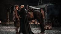 Apakah ini jadi sebuah momen romantis antara Brienne (Gwendoline Christie) dan Jamie (Nikolaj Coster-Waldau).Dok. Helen Sloan/HBO