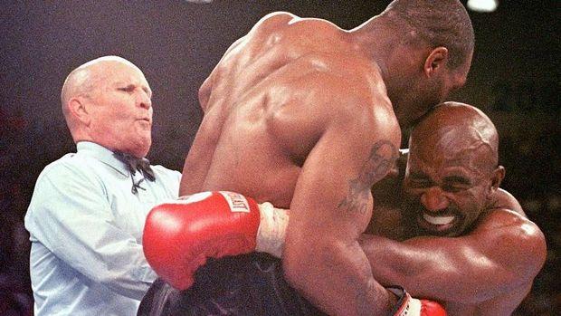 Mike Tyson menggigit telinga kanan Evander Holyfield.