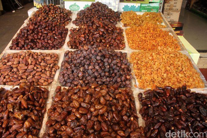 Para pedagang kurma di Tanah Abang, Jakarta, pun menyebut penjualan makanan manis itu meroket memasuki bulan puasa.