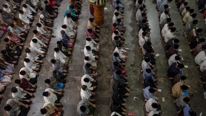 Bulan Ramadhan telah tiba, umat Muslim di berbagai daerah berbondong-bondong melaksanakan salat tarawih di malam pertama Ramadhan. Seperti apa potretnya?