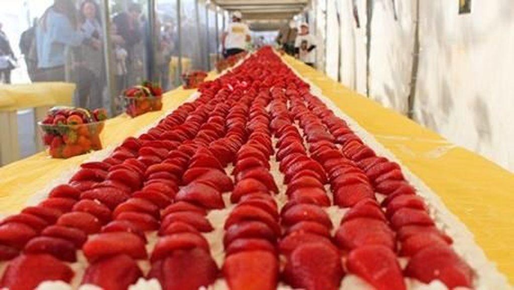 Keren! Italia Pecahkan Rekor Ciptakan Strawberry Cake Terpanjang di Dunia