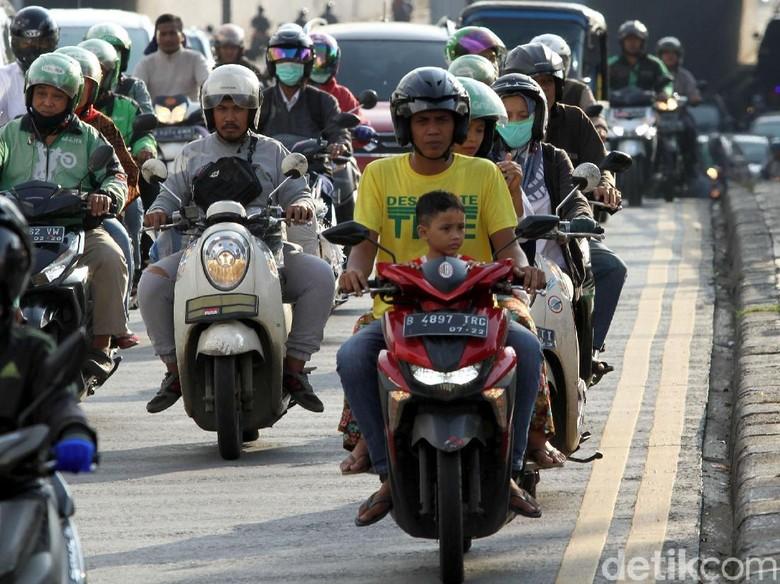 Kendaraan nampak menumpuk di sejumlah jalanan ibu kota. Di hari pertama puasa banyak orang berlomba-lomba untuk buka bersama keluarga dan kerabat.