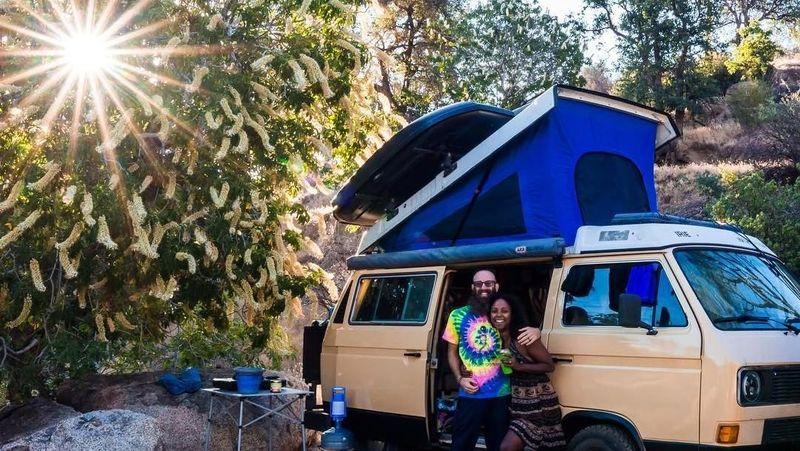 Inilah pasangan traveler Dustin Grevemberg (36) dan istrinya Naomi (36) yang kisahnya bisa jadi pelajaran bagi kamu. Mereka menerapkan gaya hidup zero waste dan sangat menghindari sampah plastik. (Instagram/@irietoaurora)