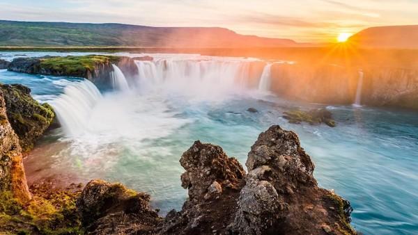 Satu persatu patung dilemparkan ke dalam air terjun. Inilah mengapa nama Waterfall of The Gods menjadi julukan lain Godafoss, air terjun para dewa. (iStock)
