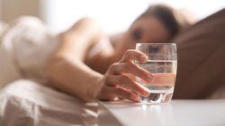 6 Manfaat Langsung Minum Air Putih Setelah Bangun Tidur