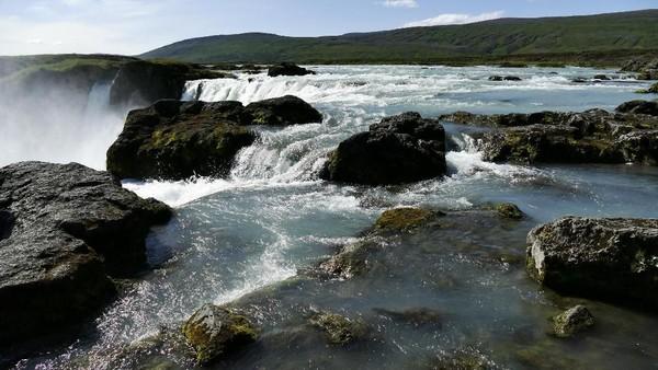 Namun pada tahun 1000, seorang pembicara hukum Irorgeir Ljosvetningagodi menjadikan kristen sebagai agama resmi di Islandia. Semua patung pagan yang ada di Islandia kemudian di bawa ke air terjun ini. (iStock)