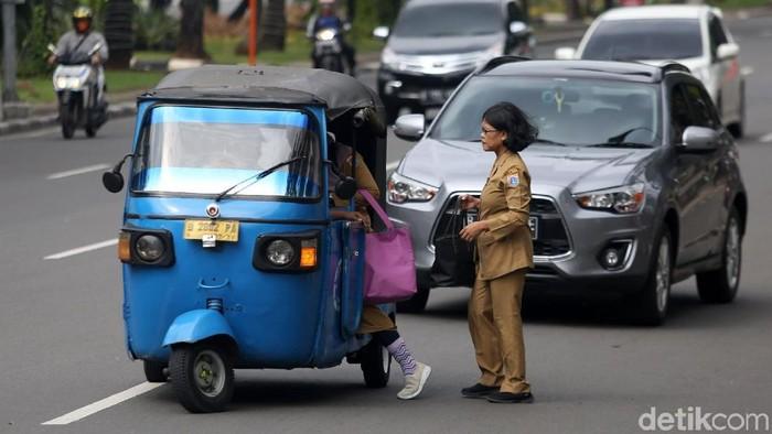 Pemerintah melakukan penyesuaian jam kerja untuk Aparatur Sipil Negara (ASN) selama bulan Ramadhan. PNS di DKI Jakarta pulang lebih awal selama bulan puasa.