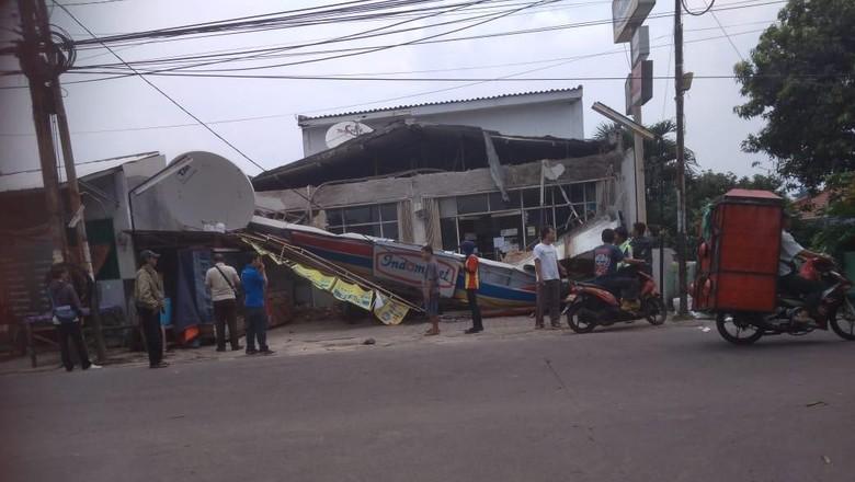 Bruukk!! Atap Minimarket di Kelapa Dua Depok Roboh Timpa 4 Motor