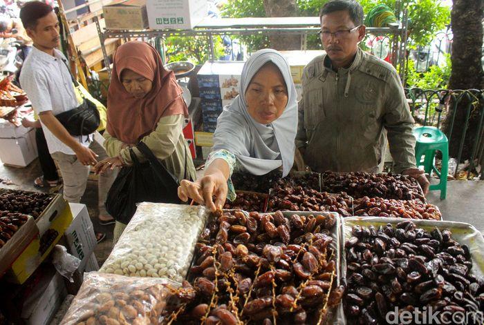 Memasuki bulan suci Ramadhan kurma menjadi makanan yang paling dicari oleh masyarakat.