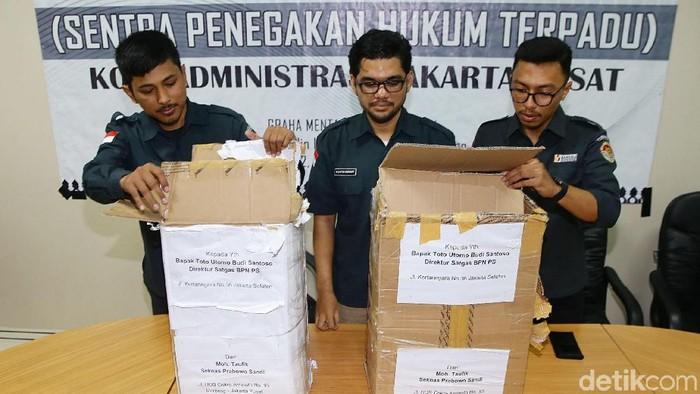 Foto: Penampakan kardus berisi formulir C1 yang diamankan polisi di Menteng, Jakarta Pusat (Grandyos Zafna/detikcom)
