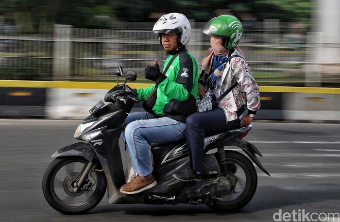 Driver Go-Jek melintas di kawasan Stasiun Juanda, Jakarta, untuk mengantarkan penumpang, Senin (6/5/2019).