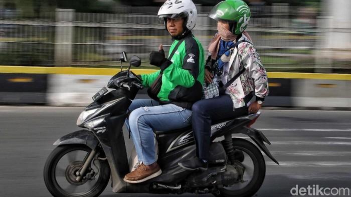 Sejumlah driver Go-Jek menunggu penumpang di kawasan Stasiun Juanda, Jakarta Pusat,  Senin (6/5). Menurut driver Go-Jek terkait isu mogok para driver yang akan dilakukan hari ini dinyatakan batal karena tarif Go-Jek tersebut telah kembali normal.