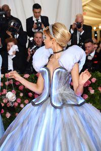 Zendaya Jadi Cinderella Pakai Gaun Bersinar di Met Gala 201990