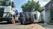 Mobil Boks Berisi Es Krim Terguling di Ponorogo