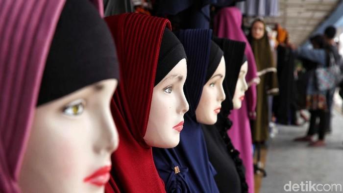 Sejumlah warga membeli perlengkapan baju muslim di kawasan skybridge Tanah Abang, Jakarta Pusat,  Selasa (7/5). Menurut penjual memasuki hari ke-2 puasa di bulan suci Ramadhan, cukup banyak warga membeli perlengkapan baju muslim seperti baju kokoh, jilbab dan sajadah guna kebutuhan salat khusunya saat salat tarawih.
