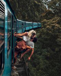 Camille dan Jean dihujat karena foto ciuman di kereta yang bergerak