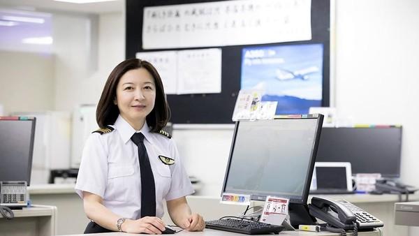 Tak cuma jadi pilot, Ari kini juga jadi instruktur pesawat Boeing 737. Ari berhasil membuktikan, dengn tekad kuat dan kerja keras, siapapun bisa meraih mimpinya. (rikkyo.ac.jp)