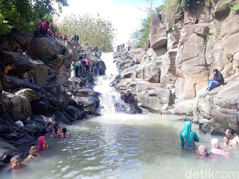 Air Terjun Rora adalah lokasi alternatif bagi masyarakat Dompu. Bentuk sungai ini sangat unik, karena memiliki empat tingkat terjun yang ketinggiannya berbeda-beda (Faruk/detikcom)