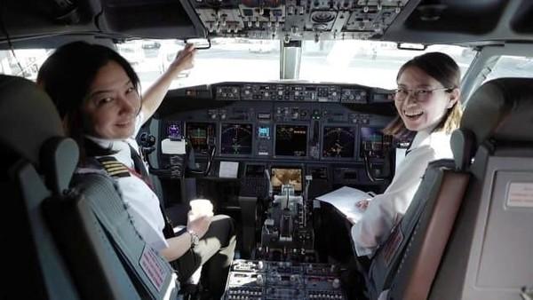 Ari Fuji sekarang bekerja untuk maskapai Japan Airlines. Setelah berjuang bertahun-tahun, pada 2010 Ari resmi jadi kapten pilot wanita pertama di Jepang. (CNN)