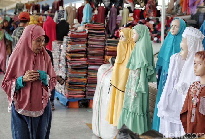 Baju muslim yang dijual mulai untuk anak-anak hingga orang dewasa.