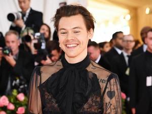 Harry Styles Dikritik Kurang Maskulin, Selebriti Beri Dukungan