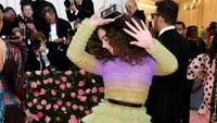 Hailee Steinfeld tampil dengan gaun ombre dengan sebuah tulisan yang menolak untuk di foto.Dimitrios Kambouris/Getty Images for The Met Museum/Vogue