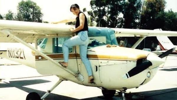 Di zaman itu, tidak ada pilot wanita di Jepang. Dia ditolak masuk Angkatan Udara. Untuk masuk Akademi Penerbangan Sipil di Jepang, Ari tidak memenuhi syarat karena tubuhnya kurang tinggi. Akhirnya dia sekolah pilot di AS. (CNN)
