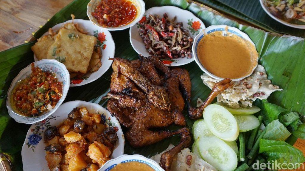 Buka Puasa di Bogor, Coba Cicipi Ayam Bekakak Sambal Ceurik