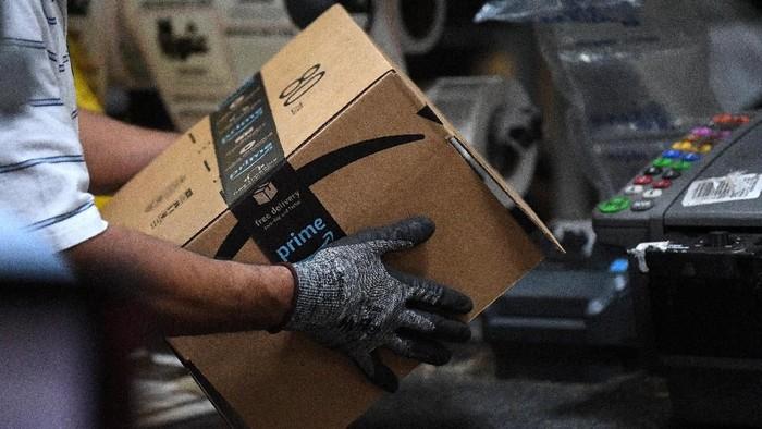 Ilustrasi kirim paket dari Amazon. Foto: Reuters