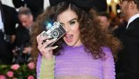 Waduh jadi kalo nggak difoto ia bakal selfie sendiri gitu?Dimitrios Kambouris/Getty Images for The Met Museum/Vogue