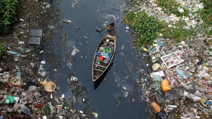 Sebuah sungai penuh polusi di Bangladesh. Foto: Reuters