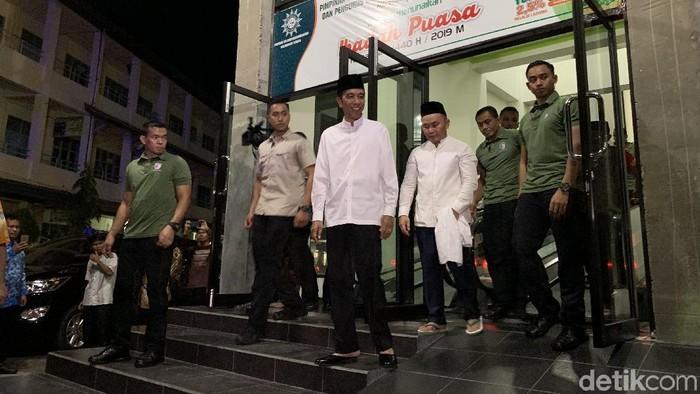 Jokowi saat tiba di Masjid Darul Arqam, Palangka Raya. (Jordan/detikcom)