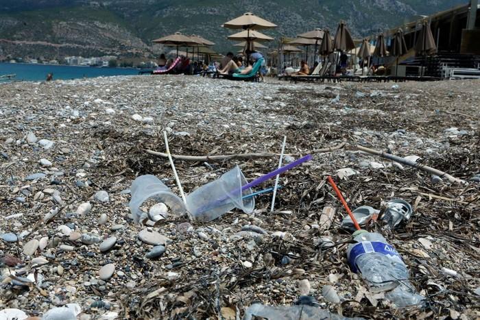 Sampah di sebuah pantai di Yunani. Foto: Getty Images