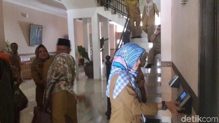 PNS Pemprov Banten pulang kerja pukul 12.30 WIB.