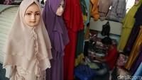Pakaian muslim dijual dengan harga bervariasi, mulai dari Rp 30.000-Rp 100.000.