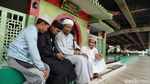 Potret Aktivitas Umat Muslim di Masjid Kolong Tol Babah Alun